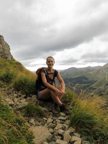 ANNELI VRIDOLIN (retkejuht, loodusringi juhendaja) - John Muir on öelnud, et igal sõbralikul jalutuskäigul loodusesse saab inimene hoopis rohkem, kui ta otsib. Toas olles olen ikka õue tahtnud, väikese ja suurena. Eesti loodus on imeline. Olen igatsenud siinseid niite, rabasid ja metsatukki nii Itaalia kui Iirimaa aastate jooksul koduseks saanud mägedest. Võimalust jälle siin looduses liikuda, seda jälgida ja tundma õppida – märkamatust samblikukirmest kuuse tumesoomusjal tüvel merikotkaste mängulennuni koduste pedajate kohal, pean privileegiks. Armastus matkamise ja loodusvaatluste vastu viisid mu 2019. aasta sügisel Luua Metsanduskooli matkajuhiks õppima.